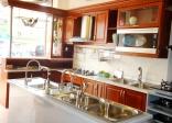 Tủ bếp gỗ nội bật hơn với phụ kiện tủ bếp